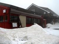 雪が残る白馬山荘